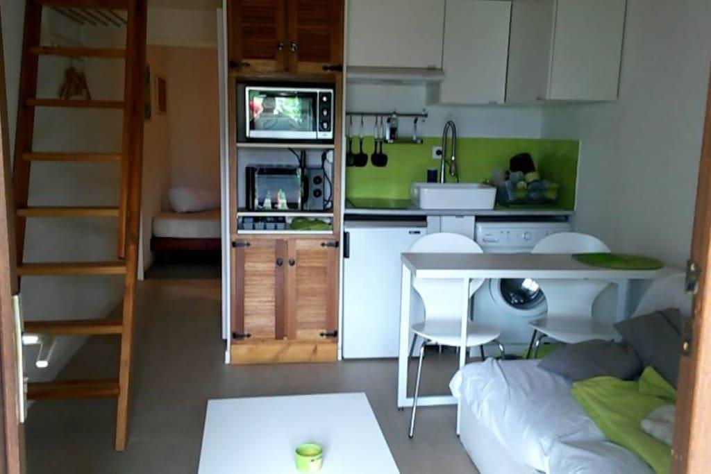 Cuisine équipée /salon, chambre au fond