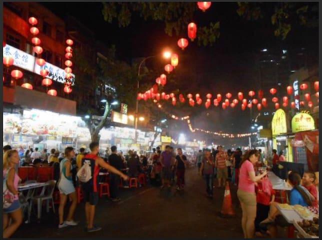 The famous food haven-Jalan Alor(250米) 驰名美食天堂-啊罗街(250米)