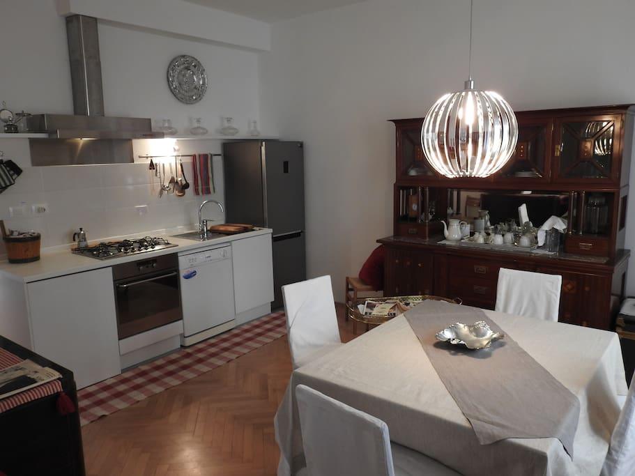 Dining area and studio kitchen. Area pranzo e cucina a vista