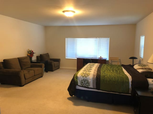 Master suite in Bellevue close to T-mobile,BC, I90