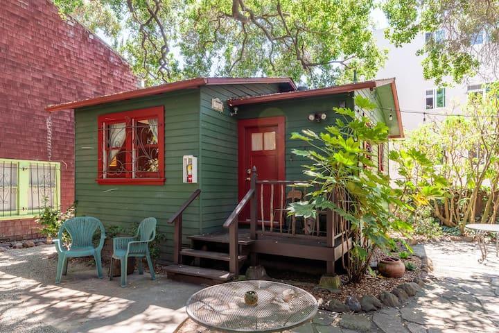 Tranquil Garden Cottage walk to BART