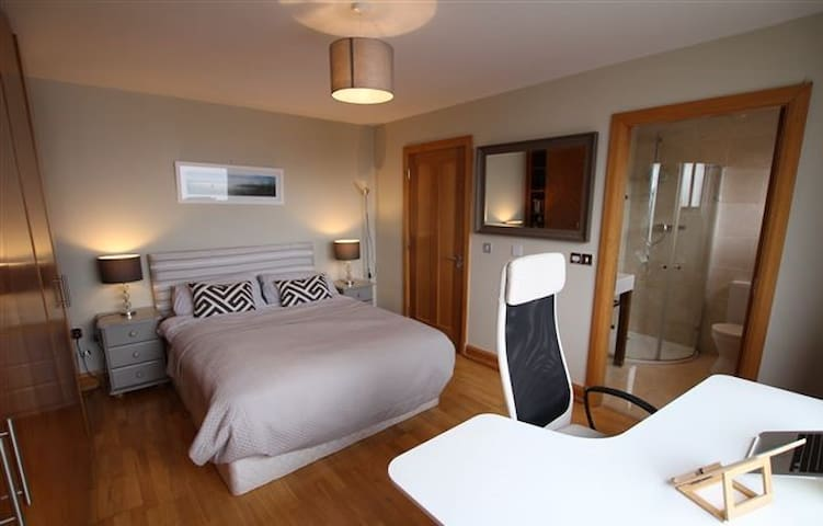 Luxury en-suite king Room Barna Village