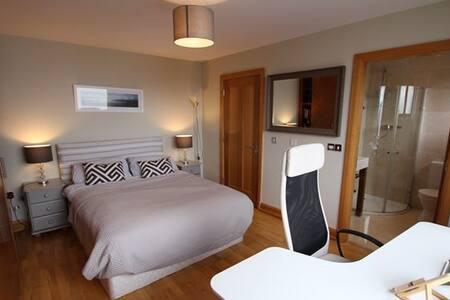 Luxury en-suite king Room Barna Village