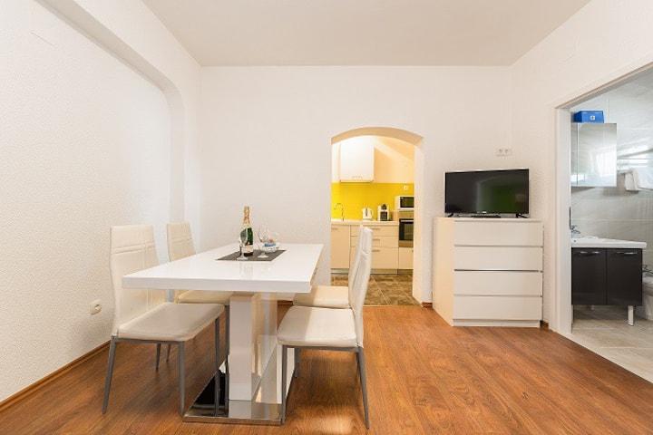 One bedroom apartment in nice neighborhood!