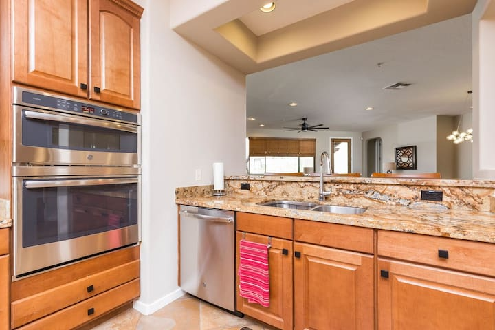 JANUARY DEAL The Lux @ Overlook Modern 3 BR Condo/ COM Pool/ Scottsdale