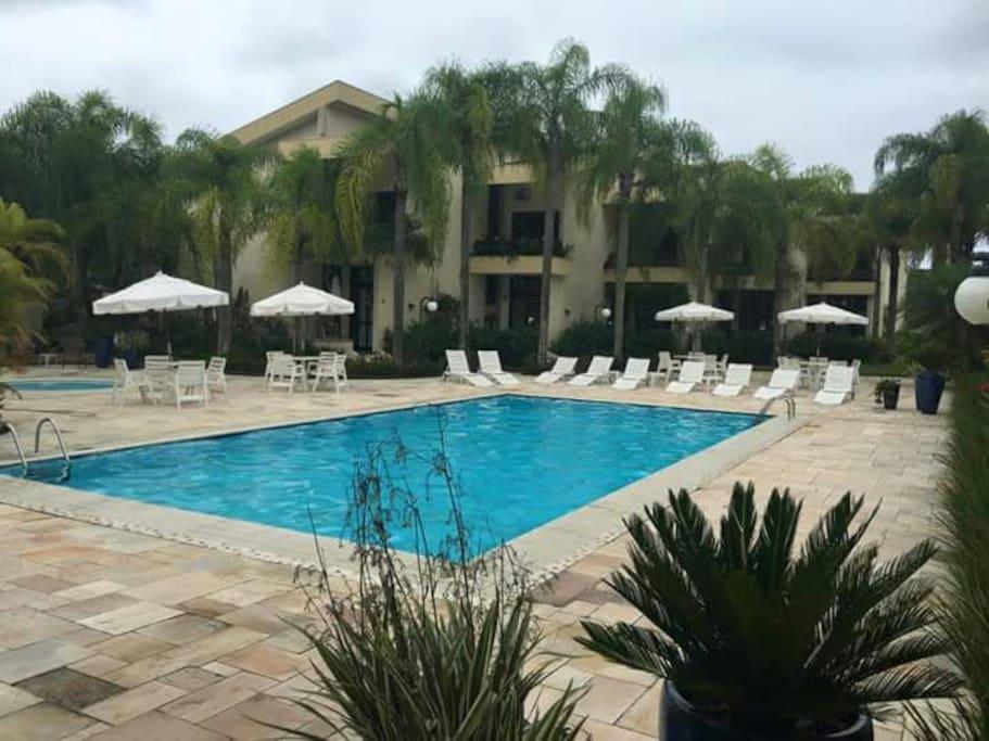 piscina adulto do condomínio