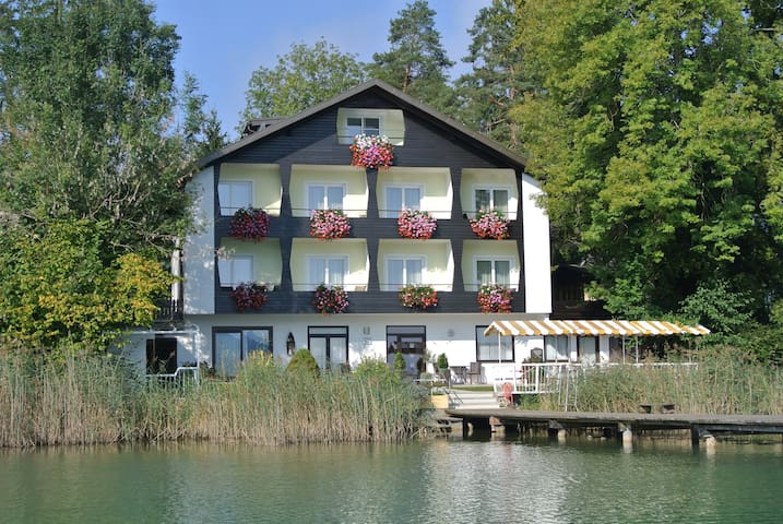 Room for two in a guesthouse, direct lake access! - Seelach - Wikt i opierunek