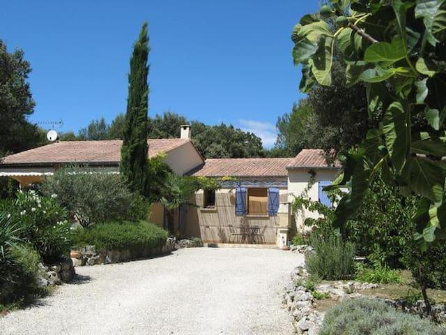 """""""Maison á l´abri du Mistral"""" Ruhig gelegenes, charmantes Ferienhaus mit großem Garten, zwischen Avignon und Nîmes, bei Uzes."""