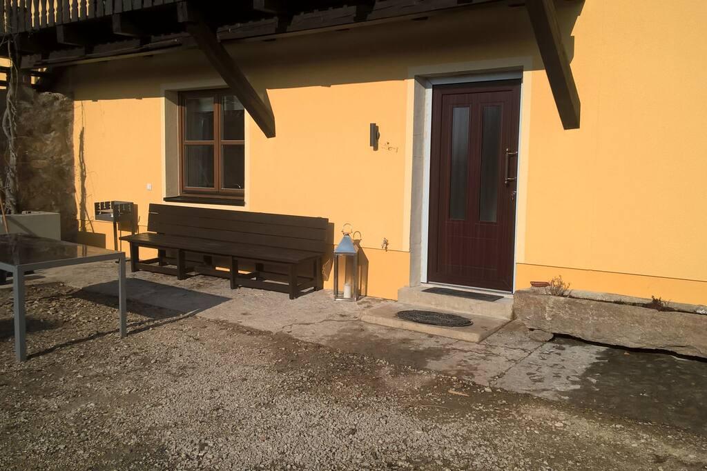 Privater Eingang mit Sitzbank und Grill