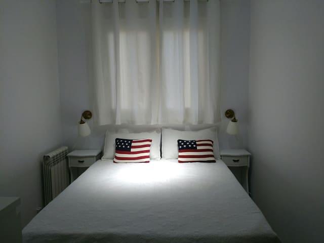 Dormitorio secundario, cama de 135cm por 190cm con canapé abatible.