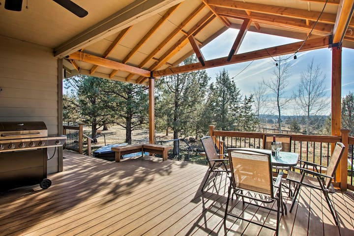 Grand Cabin w/ Hot Tub & Views - 3 Miles to Hiking