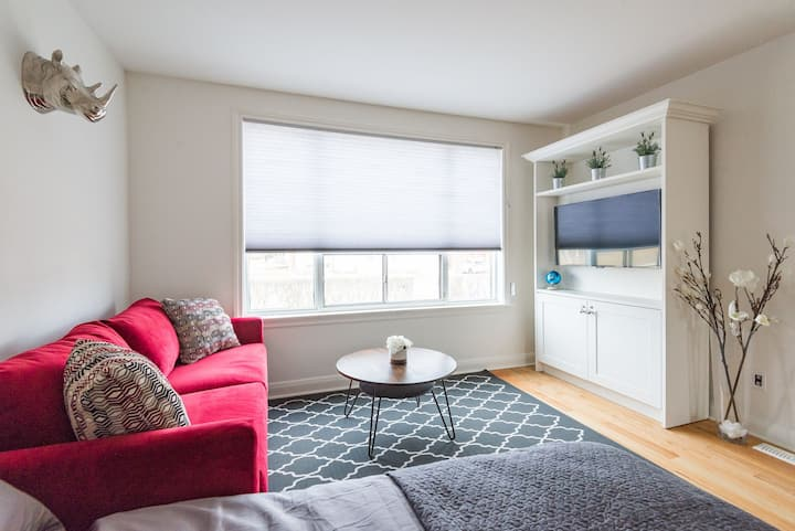 Large Main Floor Studio Yorkdale Mall -Sleeps 4