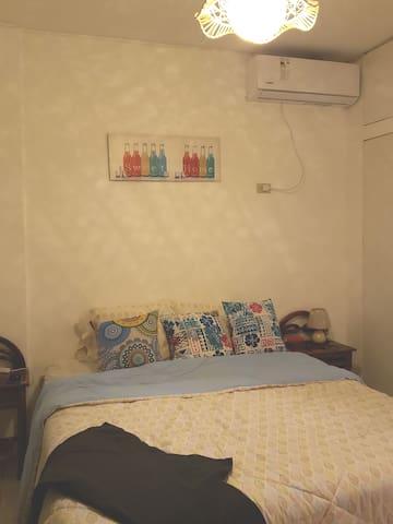 Tercer dormitorio con una cama de 2 plazas y media. ( 2 personas)  Todas las sábanas y toallas son lavadas con un rigoroso proceso de desinfección para nuestro siguiente huésped..  Para que se sientan con el calor de su propio hogar..