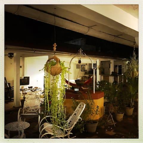 El Jardiny las terrazas durante la noche. Casa Hostal Buscando a Caniquí