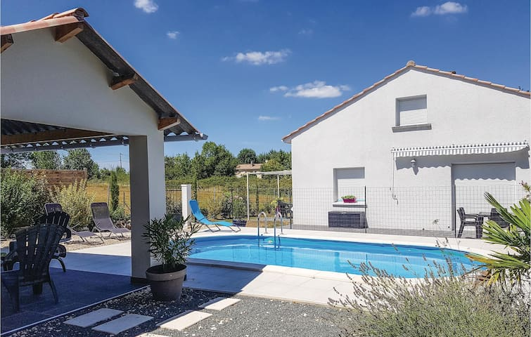 Holiday cottage with 4 bedrooms on 130 m² in Le Pizou
