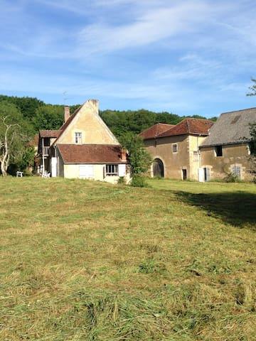 Ferme XIXème  en pleine nature en Bourgogne (Ch )