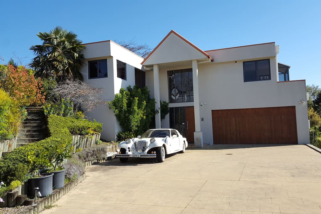 Welcome to our hilltop home overlooking the stunning Hawke's Bay: Art Deco capital of NZ and luscious Wine Country surrounds you