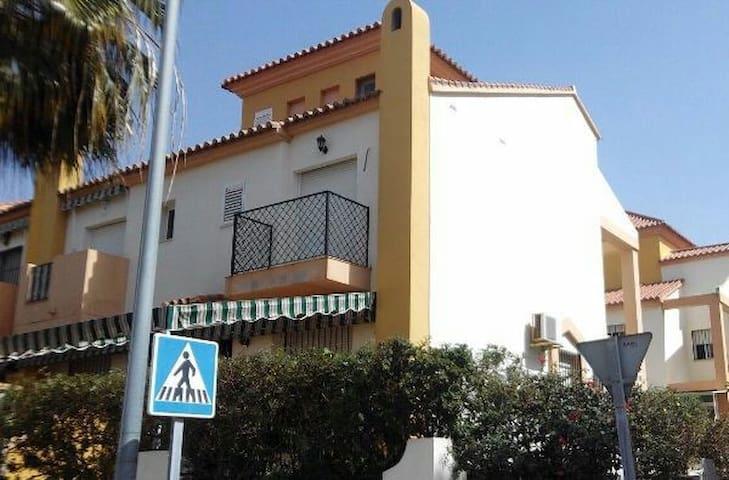 Casa con jardín cerca de la playa en Málaga - Málaga - House