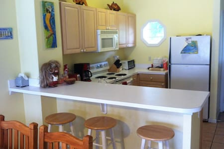 AFFORDABLE WATERFRONT VILLA  HAWKS CAY..GREAT DEAL - Marathon
