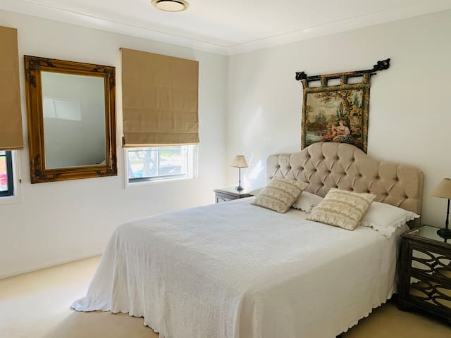 Lovely bright Queen Room in a Waterfront Suburb