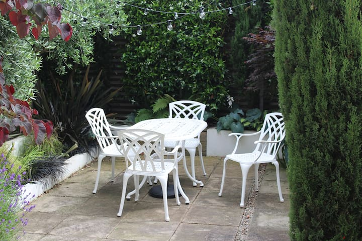 Beautiful 2 bed flat with garden close to the City