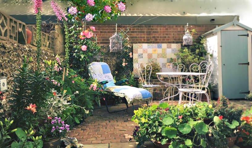 Light single room in pretty, central Brighton home