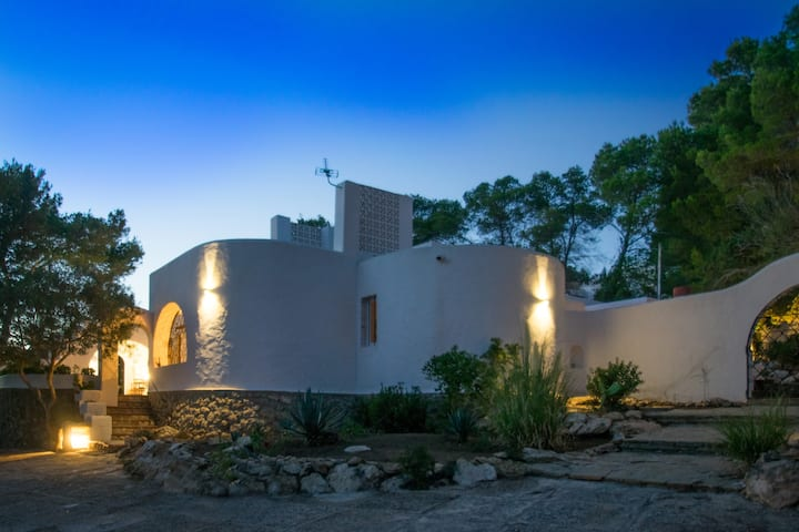 Spacious, old finca in Cala Tarida for up to 9 ppl