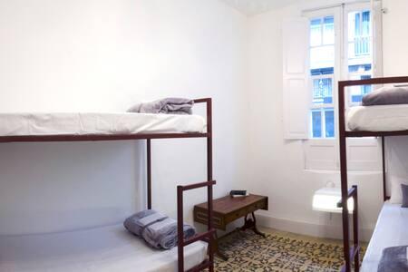 Habitación 1, la más amplia de la casa, para 4 personas pero si hablas con nosotros podemos poner una cama supletoria.