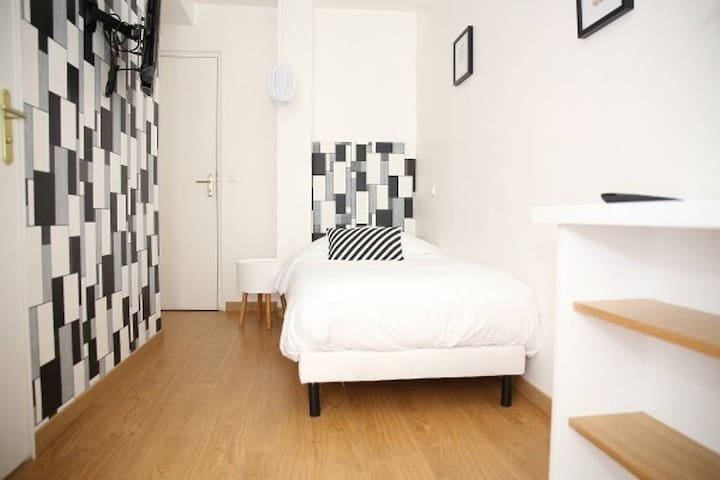 Single · Cute & Cozy Room for 1 near the St Martin Canal