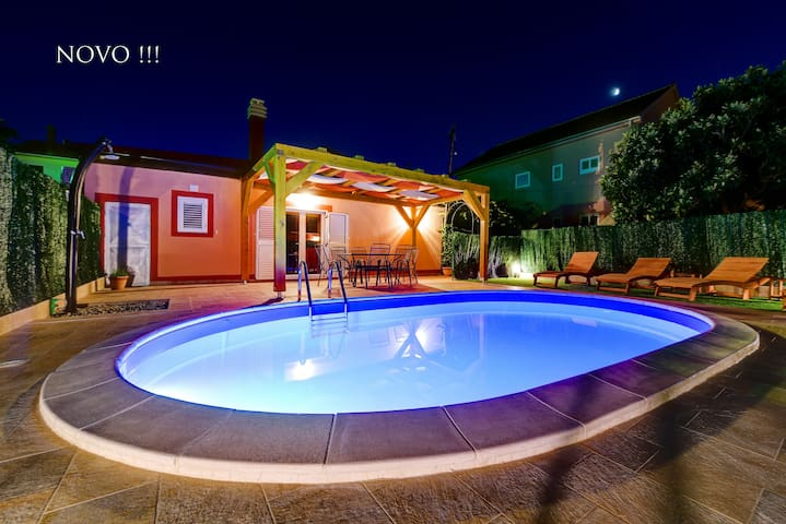 Villa ORANGE with heated private pool and  parking