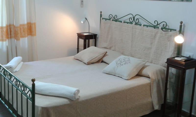 Stanze in appartamento a pochi passi dal porto - La Caletta - Квартира