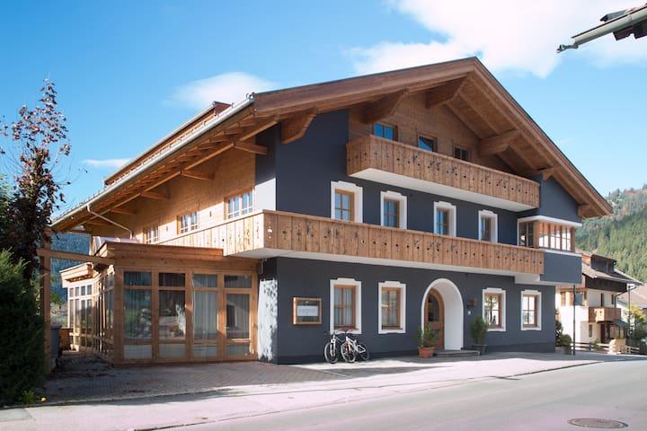 Doppelzimmer mit Balkon im MellowMountain Hostel