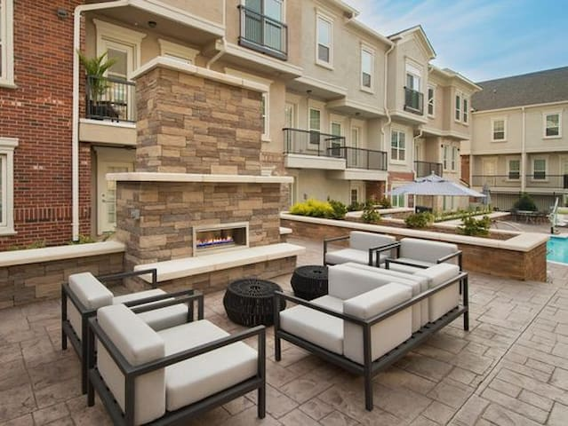 Beautiful Townhome with Full Amenities!