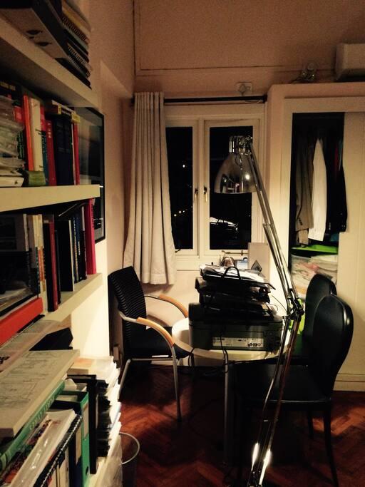 Secretária de trabalho no quarto à noite