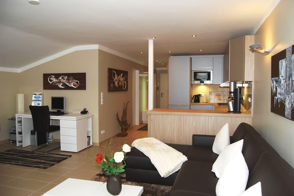 Wohnzimmer mit Ledergarnitur in der noch ein Doppelbett 1,80 m breit integriert ist!