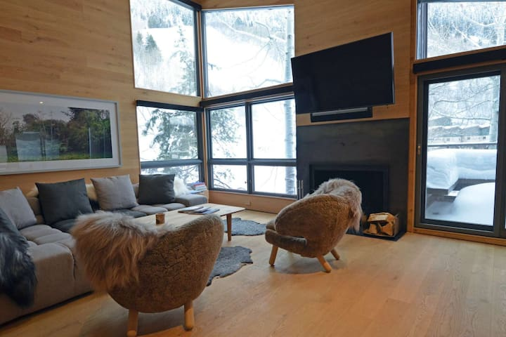 Premier ski-in/out property on Aspen Mountain with onsite hot tub. Great spring snow! - Aspen - Lyxvåning