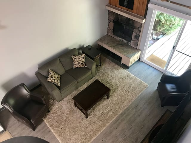 Beautifully Updated Condo in Lakefront Community