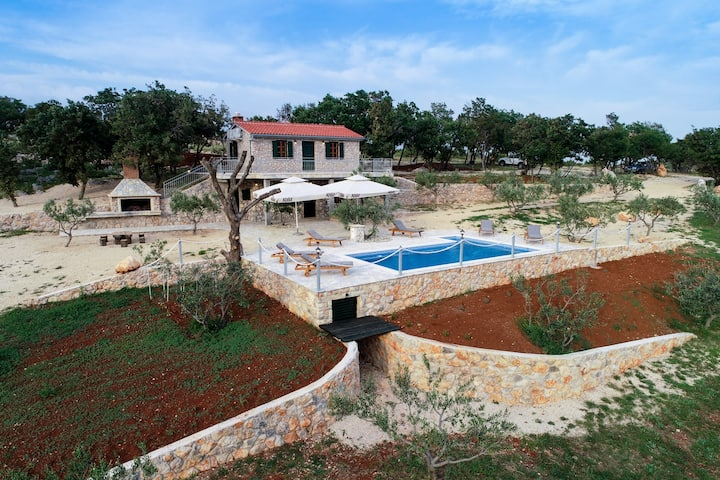Great new farmhouse Anka placed in an olive grove