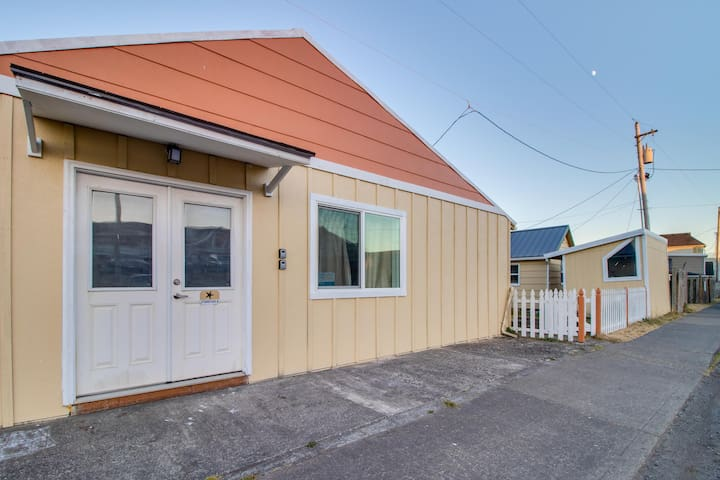 Conveniently located home w/ easy access to the beach & town - 1 dog welcome!