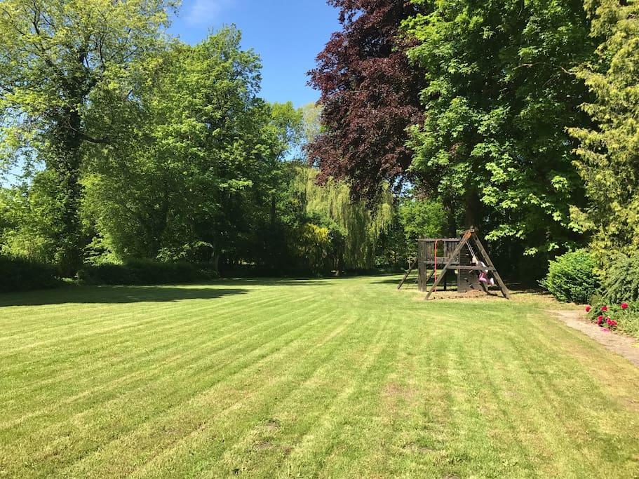 Große Rasenfläche zum (Fuß)Ballspielen und Klettergerüst mit Schaukel