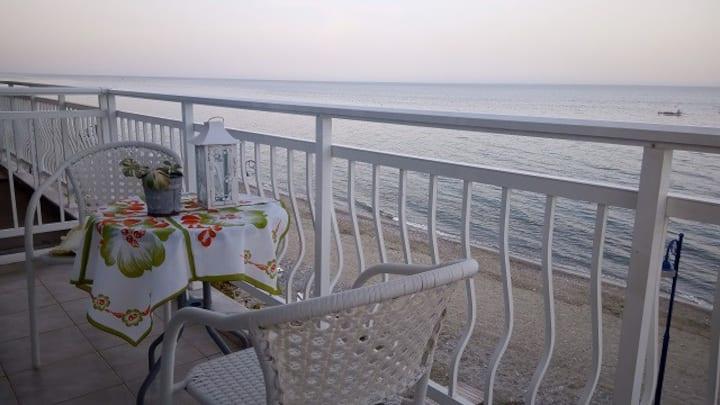 Μπροστά στη θάλασσα.. Leptokarya-Rooms.gr