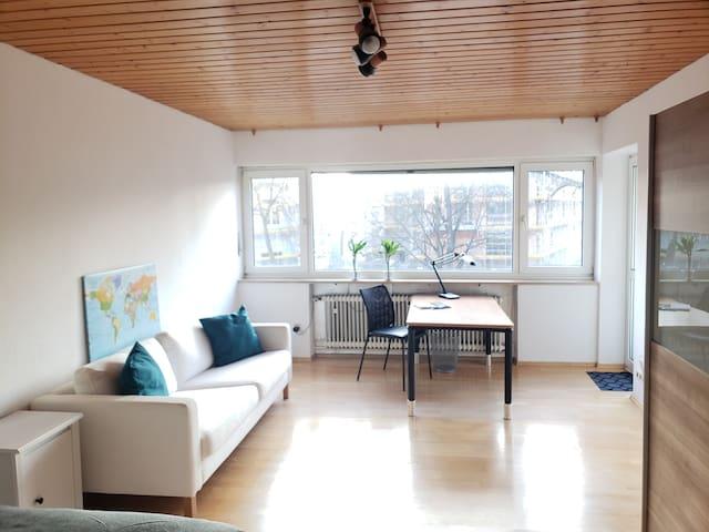 Großes sonniges Zimmer Balkon, Big sunny room