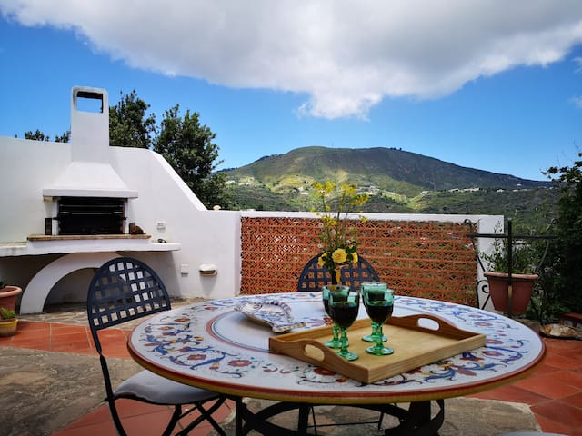 La Lipara. Panoramica casa con terrazzo e piscina.