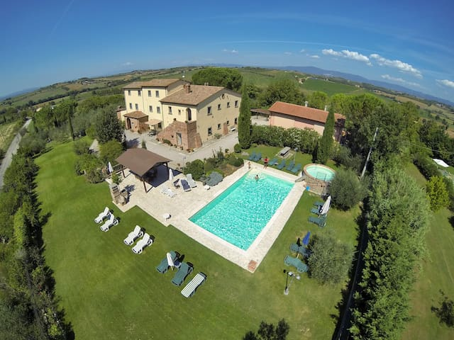 Rural Tuscany | Studio in farmhouse | Pool & Wine