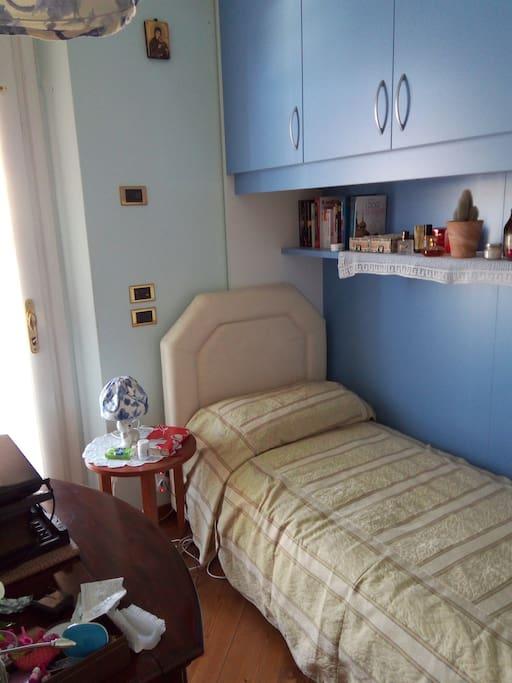 Camera sgomera di effetti personali, letto singolo, scrivania e armadio a ponte. Accesso ad ampio terrazzo indipendente.