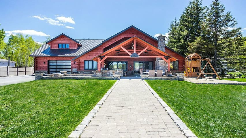 Luxurious Waterfront North Log Home near Sudbury