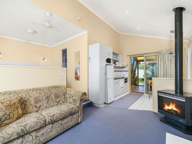 SPA COTTAGE with log fire in Phillip Island CBD