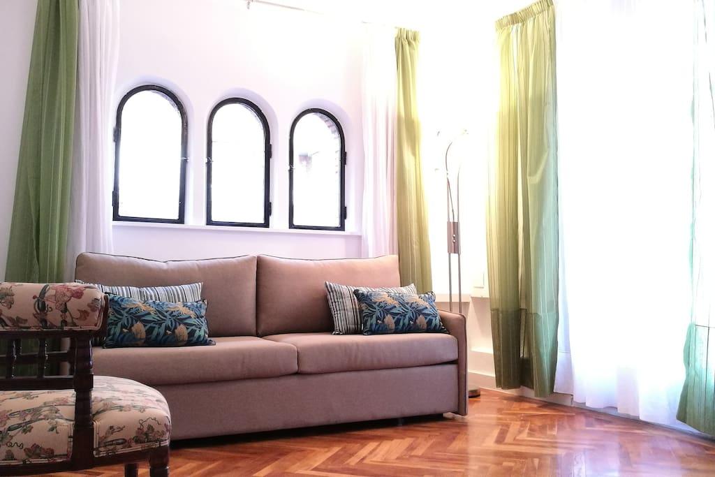 Salón: ventanas de arco con vistas a la calle y salida a la terraza