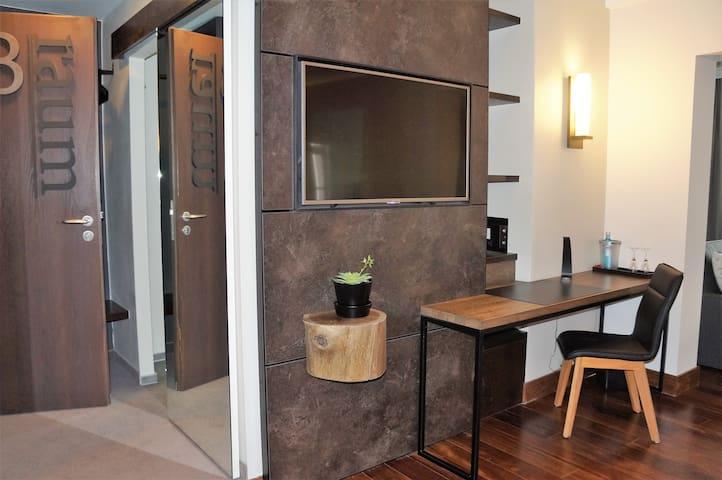 """Altstadthotel """"Ebracher Hof"""" (Schweinfurt), Suite modern eingerichtet - mit Schlaf- und Wohnzimmer"""