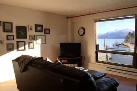 Studio Downtown Apt. 7 w/Ocean & Mountain Views